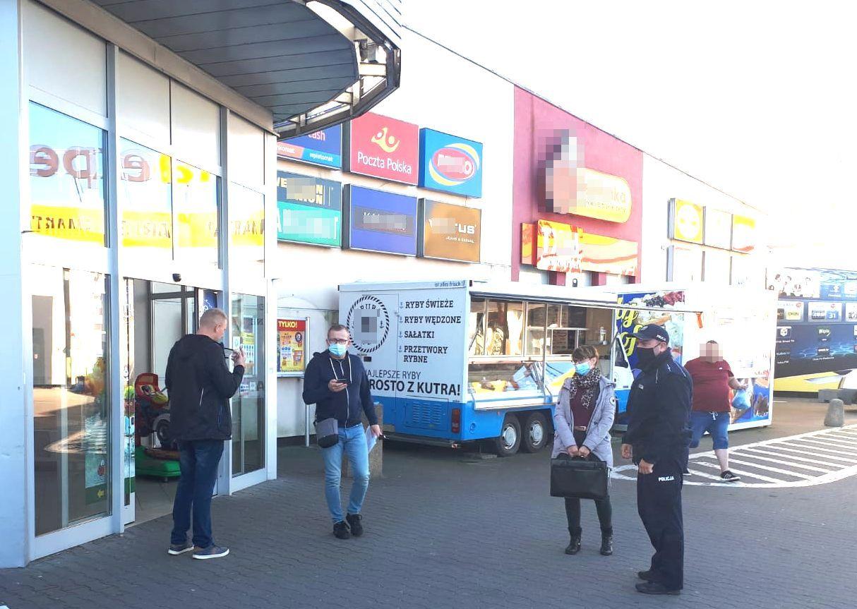 Koronawirus w powiecie puckim – policjanci wraz z sanepidem kontrolują sklepy w Pucku; fot. KPP Puck