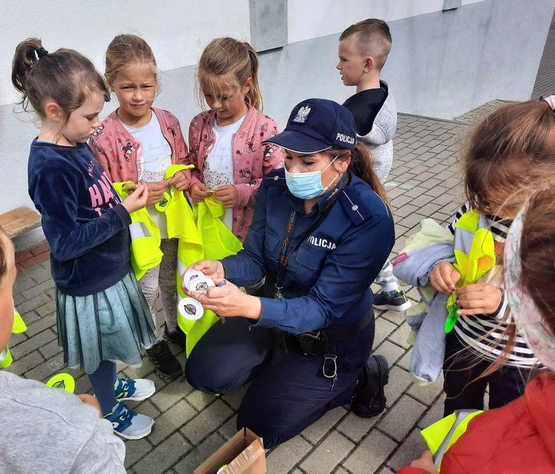 Szkoła w Żarnowcu. Dzielnicowa z odblaskami odwiedziła uczniów | ZDJĘCIA