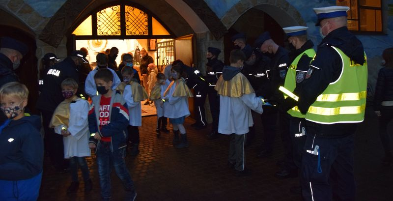 Świeć Przykładem w powiecie puckim. Akcja policji przy kościele w Juracie | ZDJĘCIA
