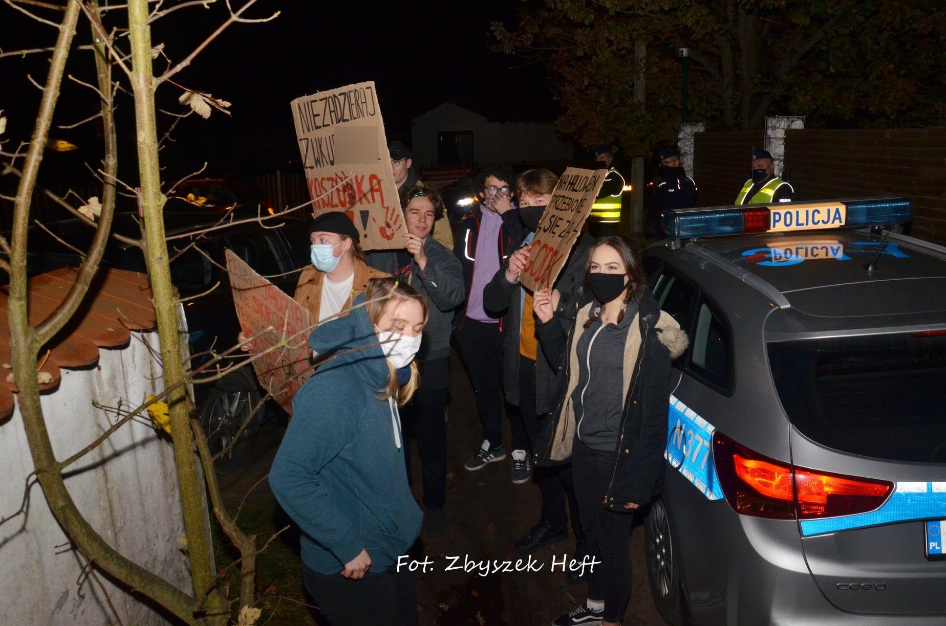Samochodowy Strajk Kobiet w gminie Krokowa. Pojechały do wójta Śliwickiego i Mateusza Morawieckiego   ZDJĘCIA, WIDEO