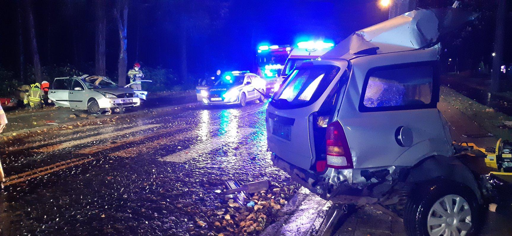 Śmiertelny wypadek w Jastrzębiej Górze (listopad 2020). Nie żyją dwie osoby, auto przecięte w pół | ZDJĘCIA