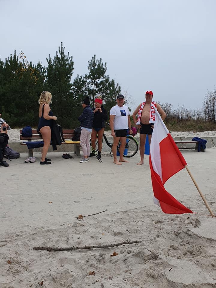 Święto Niepodległości w Jastarni. W 2020 roku rozpoczęli od kąpieli w Bałtyku   ZDJĘCIA