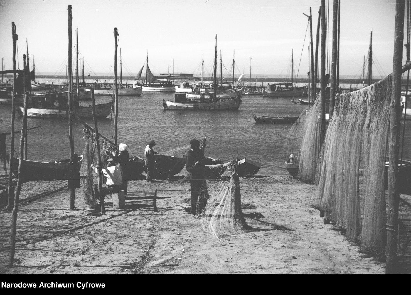 Hel na starych zdjęciach. Tak wyglądało przed laty życie rybaków | FOTO