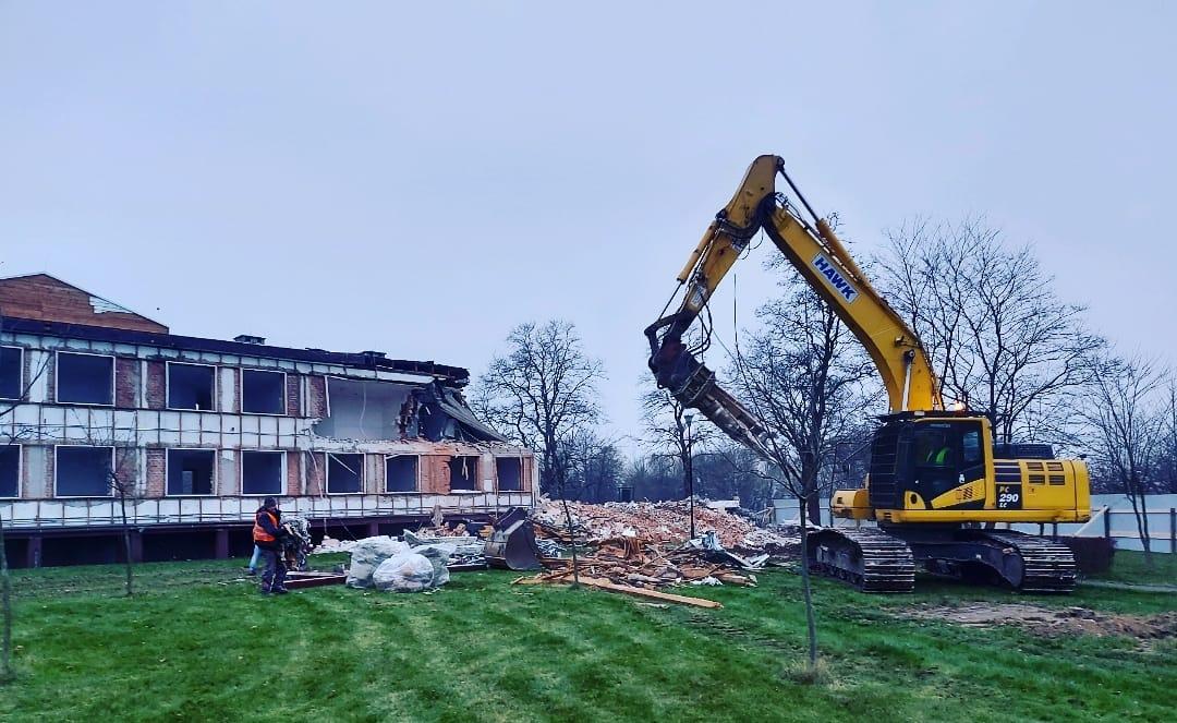 Wielka rozbiórka w COS OPO Cetniewo. Znikną dwa internaty, powstanie hotelowy obiekt | ZDJĘCIA