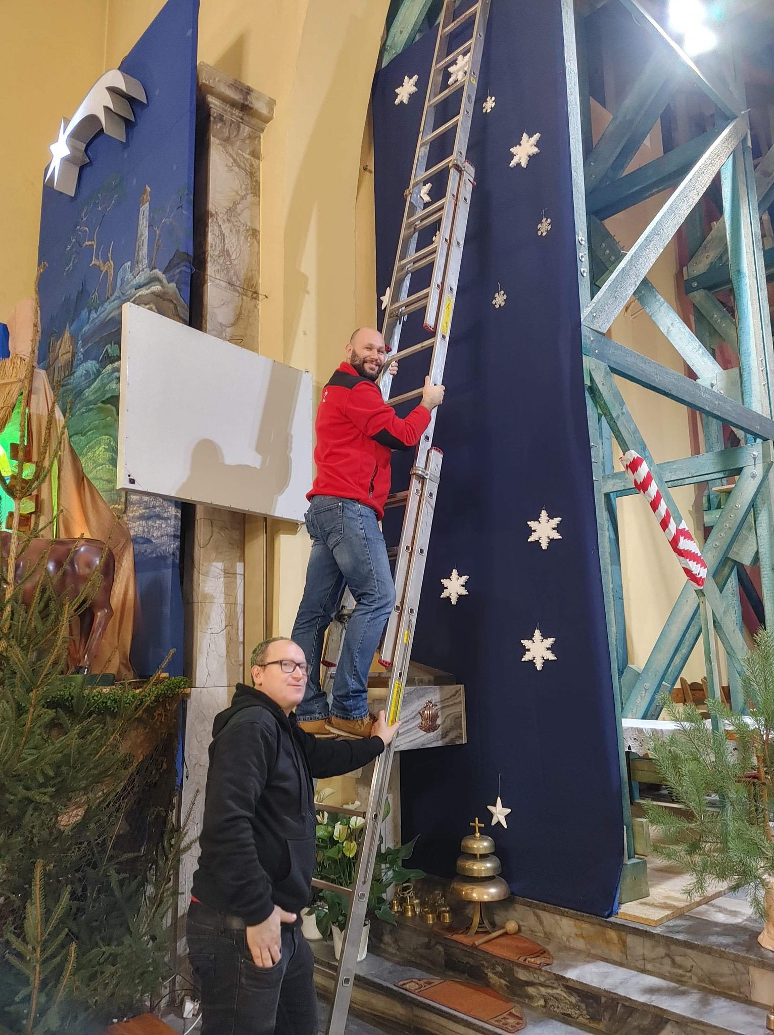 Strażacy z OSP Hel dekorowali kościelne wnętrze: Zawieś gwiazdkę Jezuskowi | ZDJĘCIA