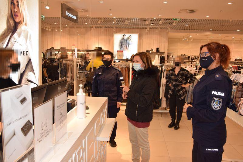 Powiat pucki, koronawirus: policja i sanepid z Pucka kontrolują sklepy i klientów. Efekt? | ZDJĘCIA