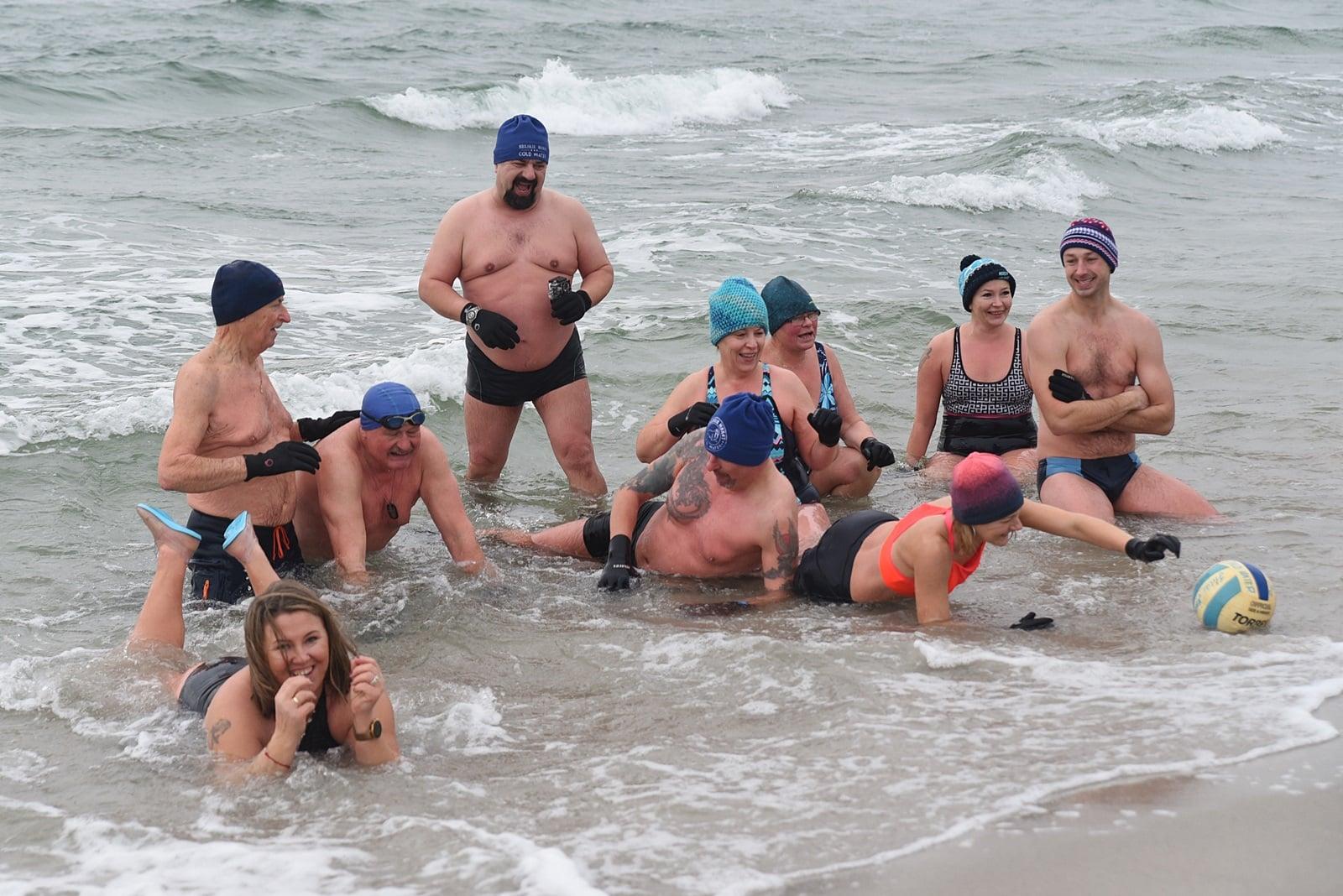 Helskie Morsy 2021 rok rozpoczęły od kąpieli. Było wietrznie i zimno! | ZDJĘCIA