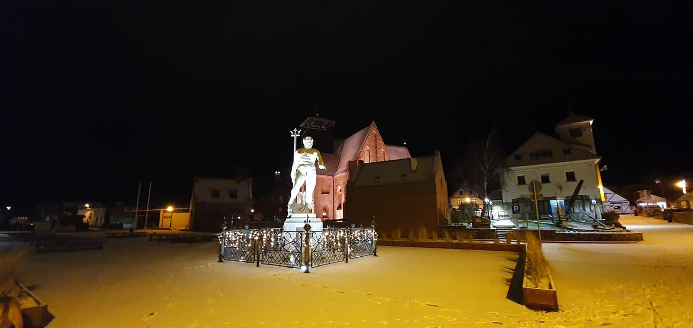 Foto Powiat Pucki. Tak w śnieżnym styczniu 2021 wygląda Hel nocą. I pod śniegiem | ZDJĘCIA