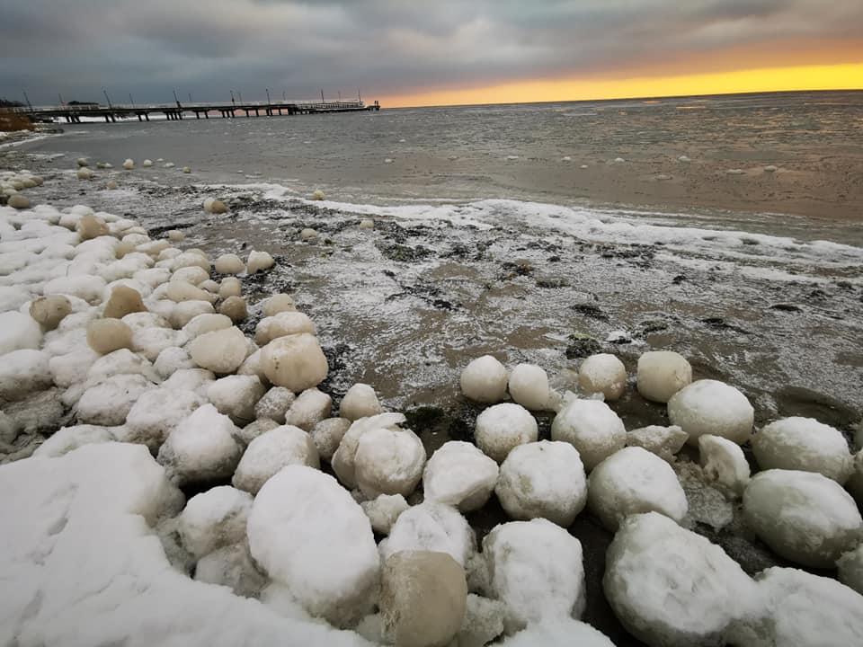 Lodowe kule w Jastarni. Niecodzienne znalezisko na plaży Półwyspu Helskiego | ZDJĘCIA