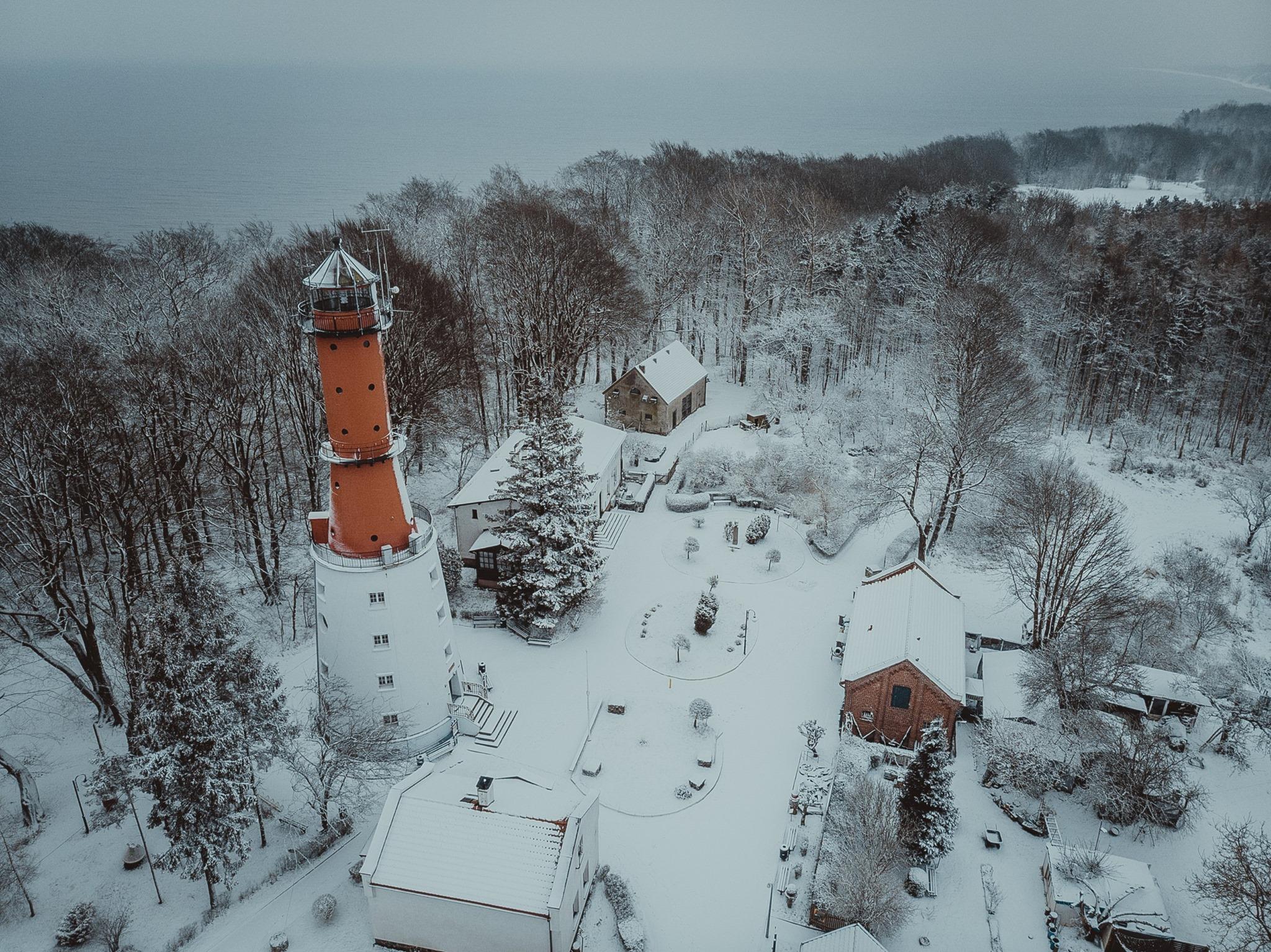 Gmina Władysławowo: styczeń 2021 znowu biały. W śniegu m.in. Dom Rybaka, latarnia w Rozewiu | FOTO