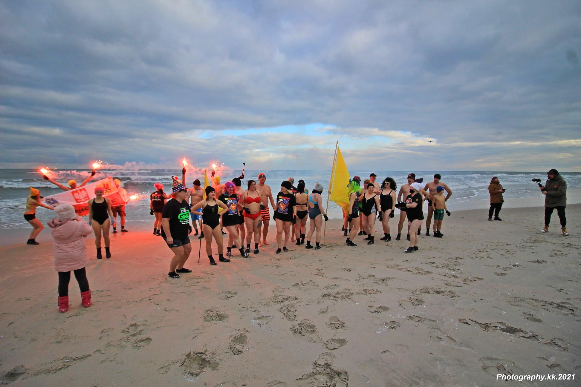 WOŚP w Jastarni (2021). Na Półwyspie Helskim biegali i morsowali dla Orkiestry | FOTO
