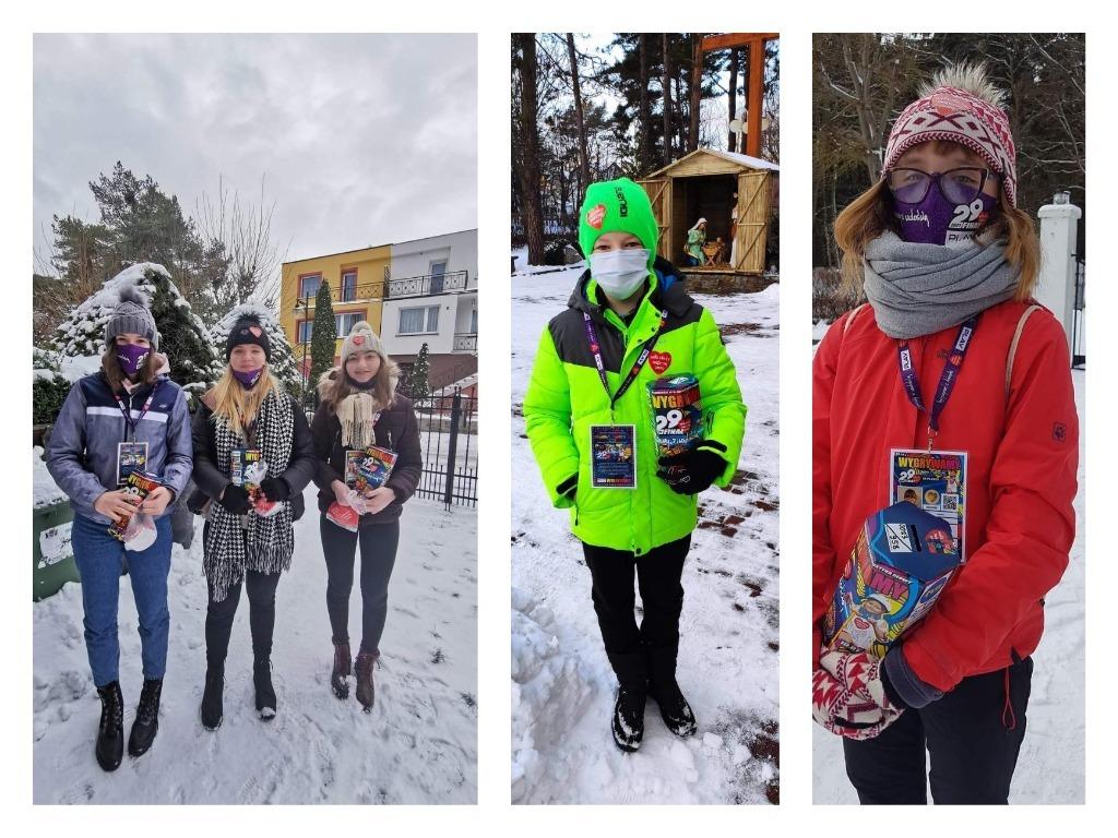 WOŚP we Władysławowie (2021). W śniegu i na ulicach zbierali pieniądze dla Orkiestry | FOTO