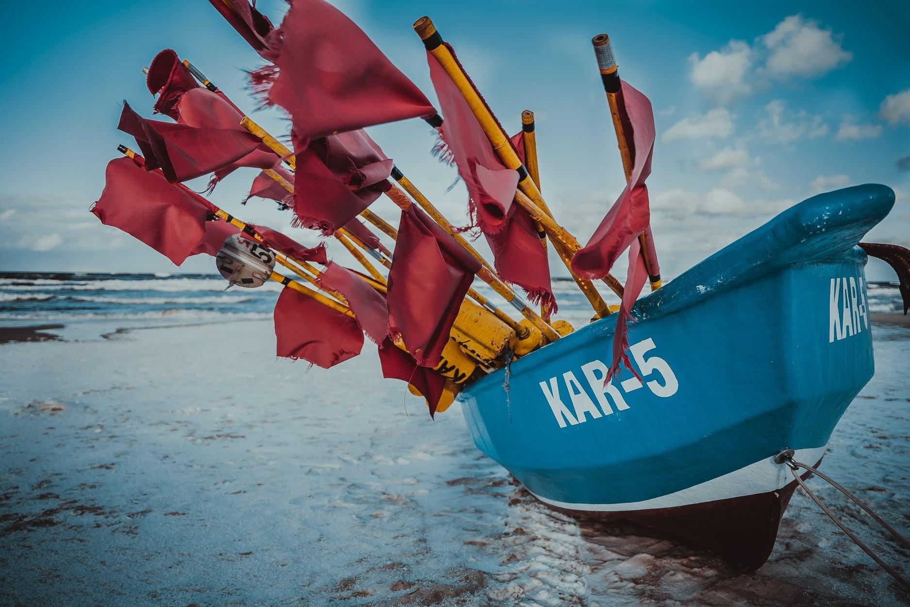 Karwia: zima 2021. Cicho, biało, a na bałtyckiej plaży hula wiatr | FOTO Powiat Pucki