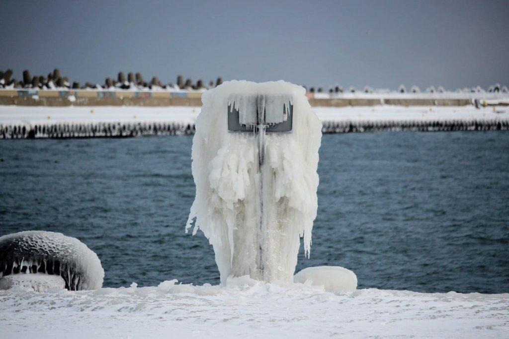 Zima we Władysławowie, luty 2021 - lód na nabrzeżu