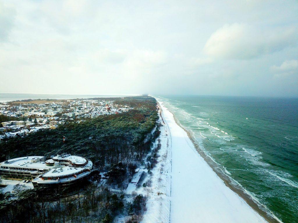 Zima 2021: Jastarnia z drona - plaża, Dom Zdrojowy