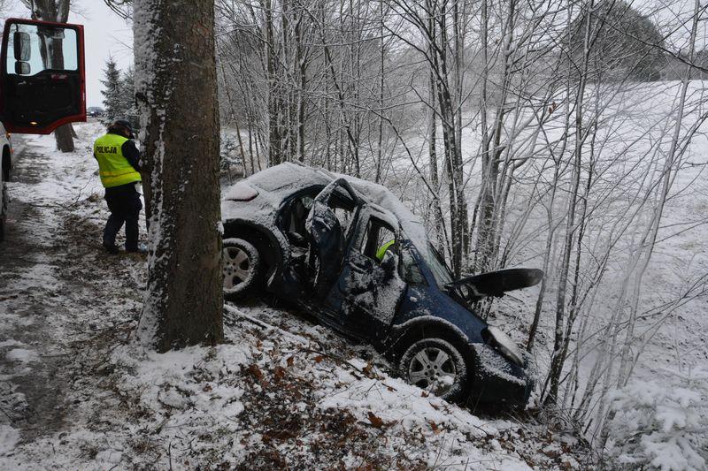 Połczyno – Zdrada. Samochodowy wypadek na śliskiej drodze. Nadmorska Kronika Policyjna | ZDJĘCIA