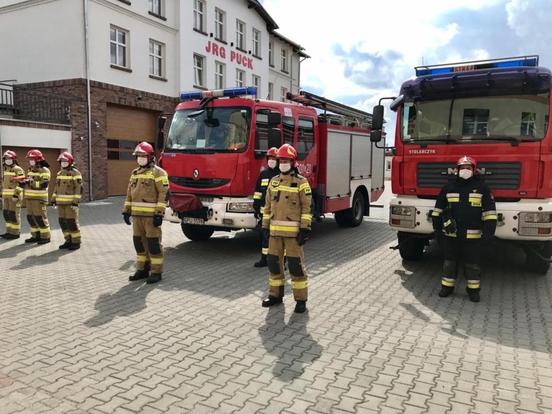 Pożar w stajni w Rzucewie. 7 zastępów ratowało konie i obiekt przy Zamku Jan III Sobieski