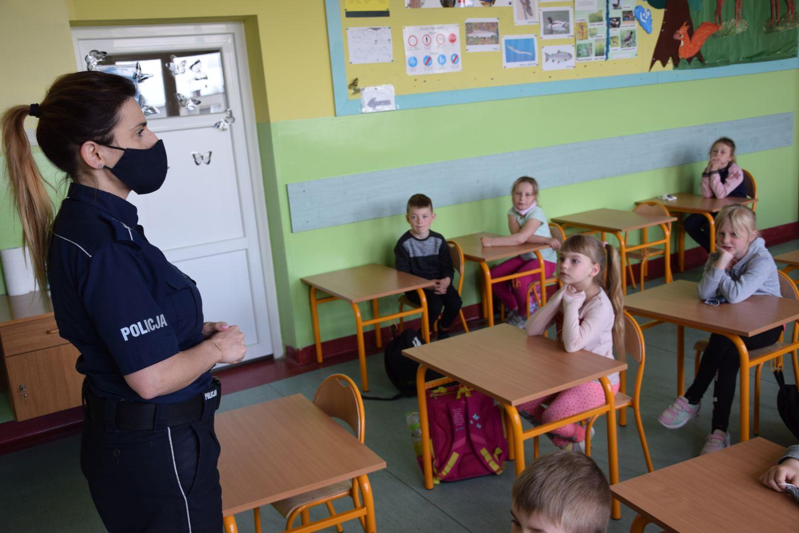 Uczę się bezpieczeństwa. Policyjna lekcja z uczniami Szkoły Podstawowej z Mrzezina | ZDJĘCIA