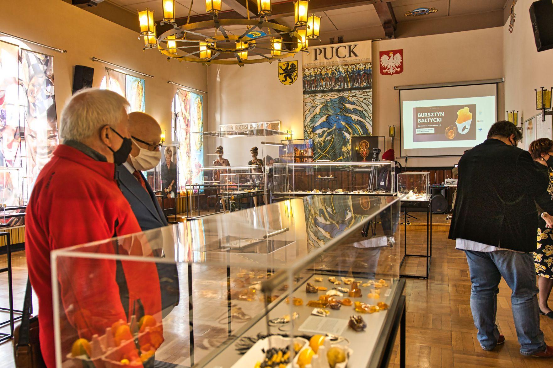 Bursztynowa wystawa w puckim ratuszu. Prawdziwe cacka ze złota Bałtyku | ZDJĘCIA