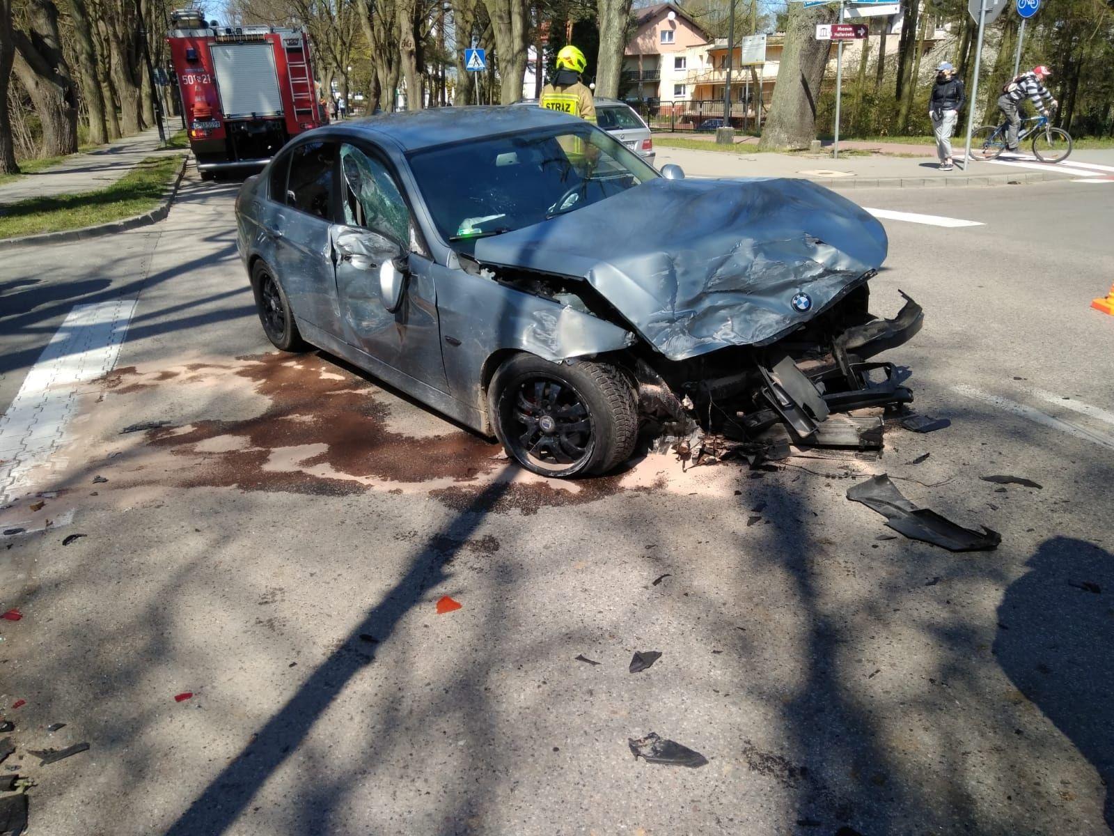 Wypadek we Władysławowie (7.05.2021) na skrzyżowaniu Wyzwolenia i  Żeromskiego. Jest poszkodowany